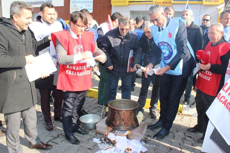 BORDROLARIMIZI YAKARAK MAAŞ ZAMMINI PROTESTO ETTİK.